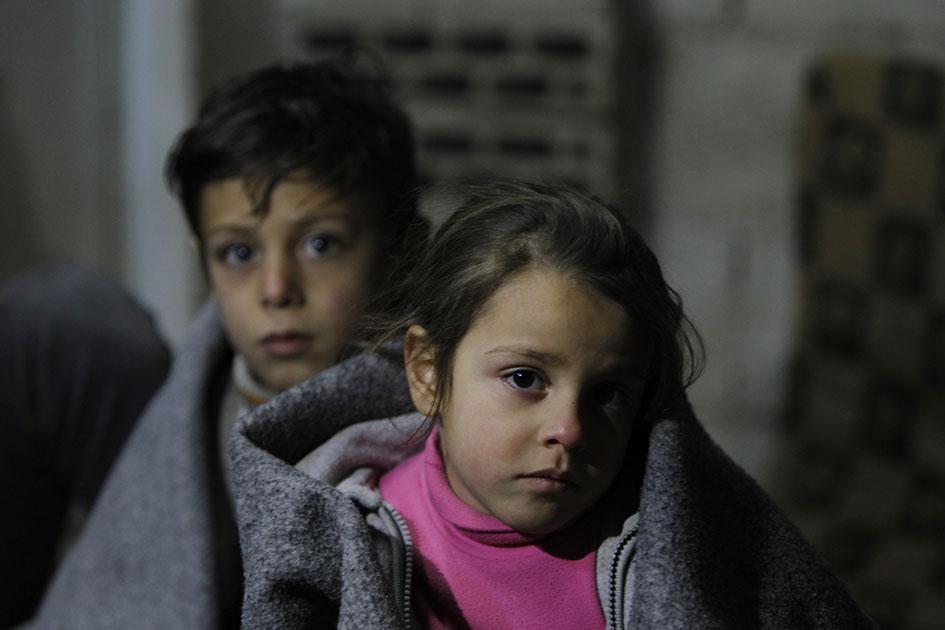 غنوة (7 سنوات) وأخوها علاء (6) من حمص