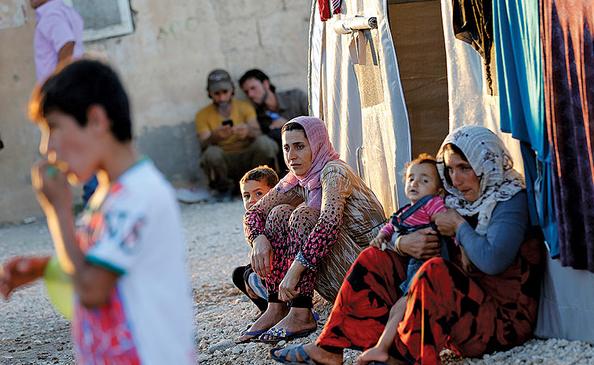 لاجئات سوريات مع أبناءهن في أحد مخيمات اللجوء