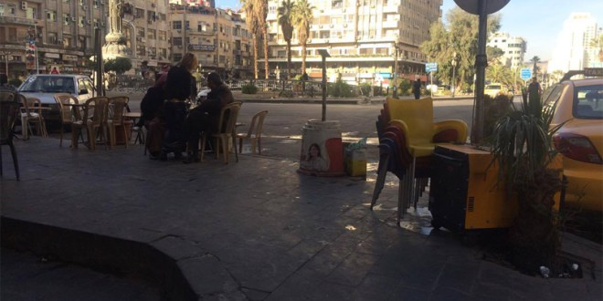 نادلة في مقهى شعبي في ساحة المرجة بدمشق