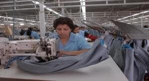 عاملات تونسيات في مصنع\ موقع كلمة التونسي