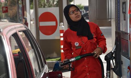 فتاة مصرية تعمل في محطة للوقود في القاهرة