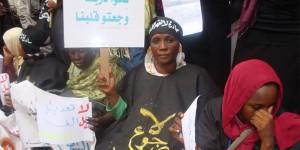 """امرأة في ندوة أقامتها مبادرة """"لا لقهر النساء"""" للاحتجاج على قوانين النظام العام تضامناً مع الصحفية لبنى حسين، التي تمت محاكمتها بسبب ارتدائها بنطلوناً/ HRW"""