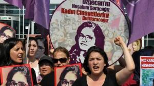 """""""أوقفوا قتل النساء"""" تظاهرة نسائية في تركيا         (Photo(/AFP/Getty  Images)"""