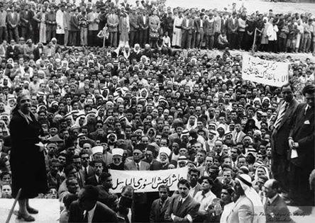 السيدة ثُريا الحافظ تخطب في مظاهرة وسط دمشق تأييداً للجيش السوري في حرب 1948