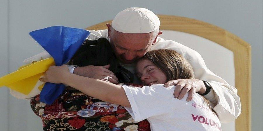 """البابا فرنسيس يعانق فتاتين مصابتين بمتلازمة """"داون"""""""