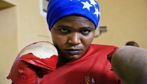 سودانية تمارس رياضة الملاكمة في ام درمان - رويترز