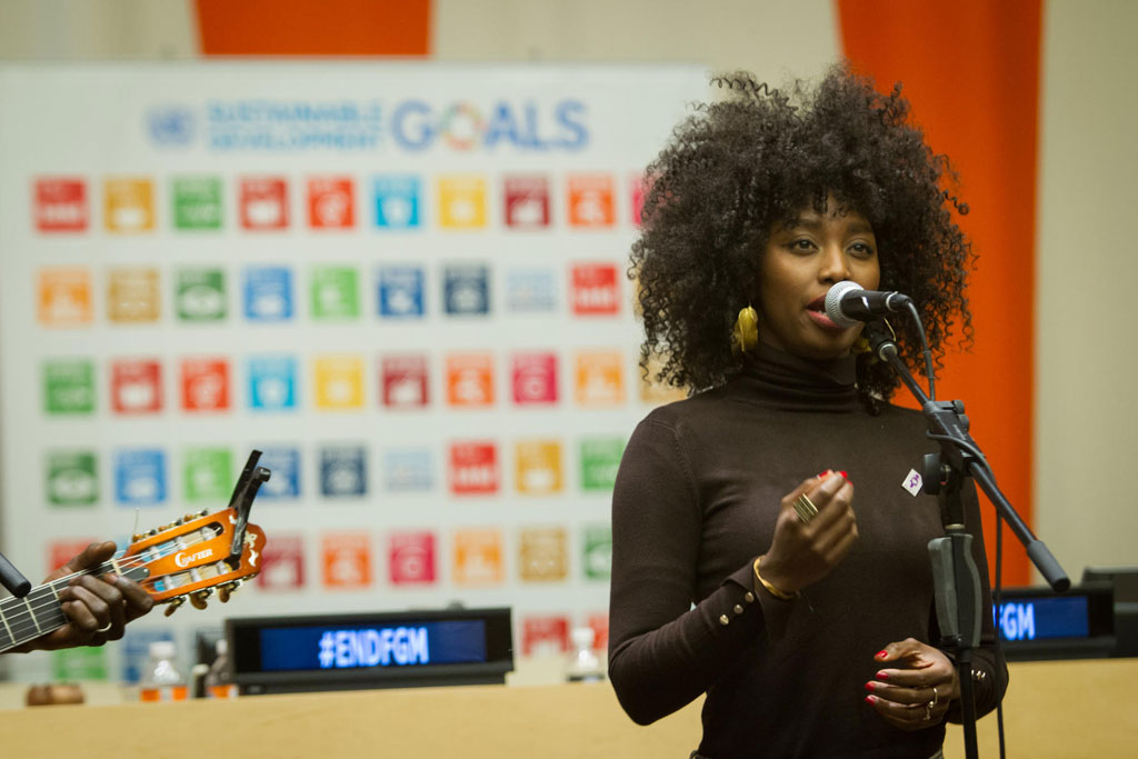 المغنية المالية اينا مودجا خلال فعالية خاصة بالقضاء على ممارسة ختان الإناث. المصدر: الأمم المتحدة / مانويل الياس