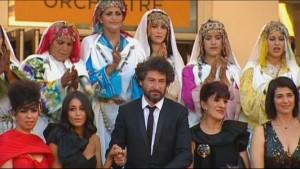 المخرج مع بطلات الفيلم
