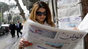 إمراة تقرأ جريدة / جريدة الوطن السورية