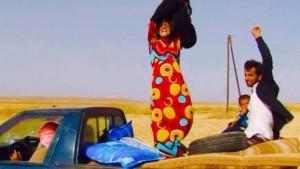 إمرأة سورية تخلع نقابها بعد تحرير مدينتها من قبضة داعش