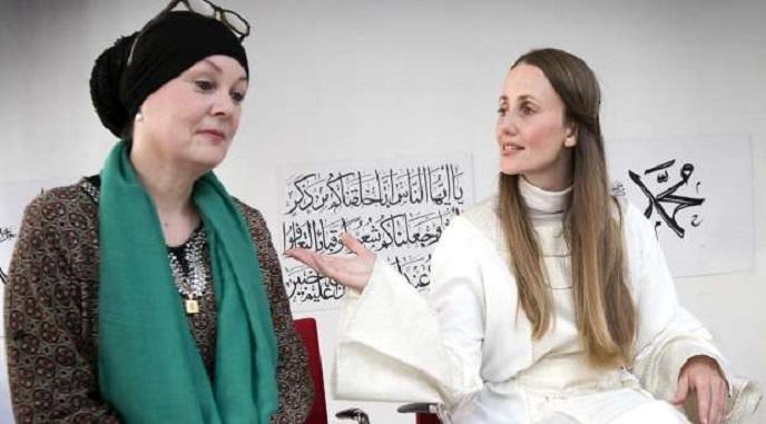 امرأة سورية الأصل & صديقة عراقية تففتحان مسجد مريم