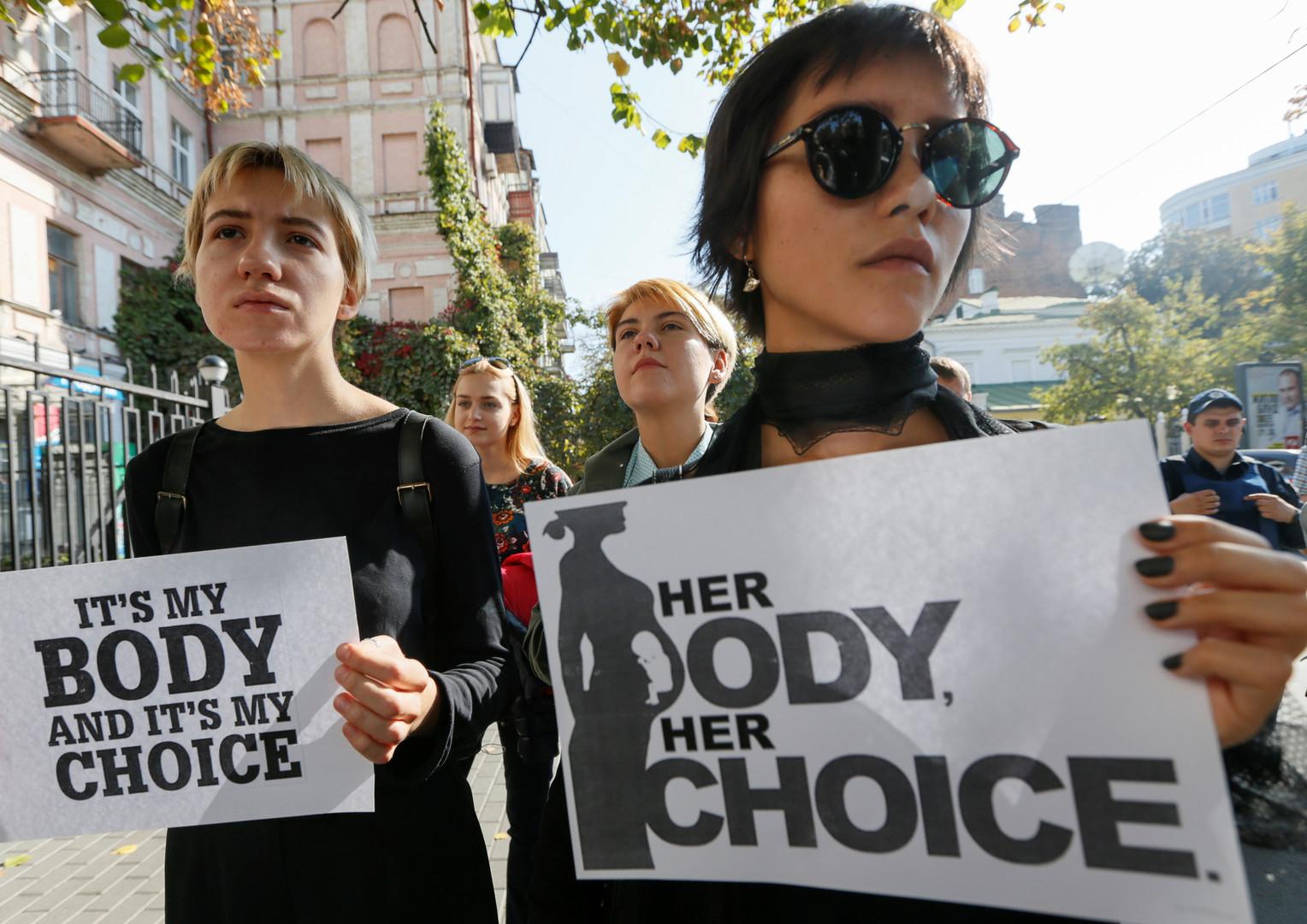 احتجاجات بالآلاف في بولندا ضد قانون منع الإجهاض بالكامل/ رويتزر