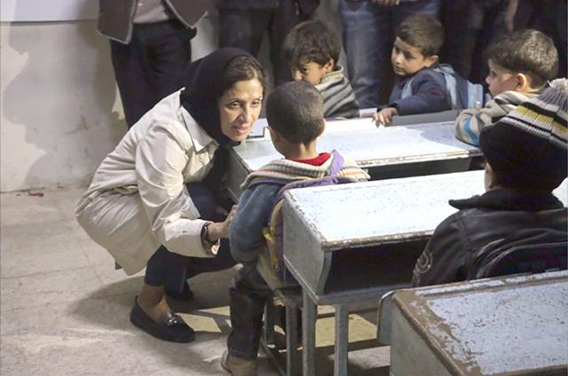 خولة مطر تتحدث مع أطفال في مناطق الصراع في داريا السورية