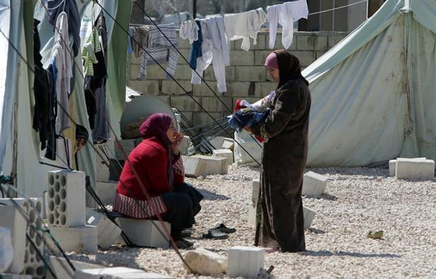 سيدتان سوريتان في مخيم للاجئين