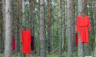 فساتين معلقة على الأشجار ضمن حملة الفستان الأحمر 2