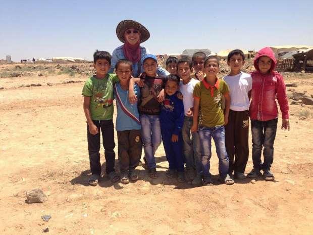 مها ابراهيم مع أطفال سوريا اللاجئين في مخيم الزعتري
