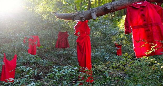 فساتين معلقة على الأشجار ضمن حملة الفستان الأحمر 1
