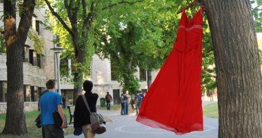 فساتين معلقة على الأشجار ضمن حملة الفستان الأحمر