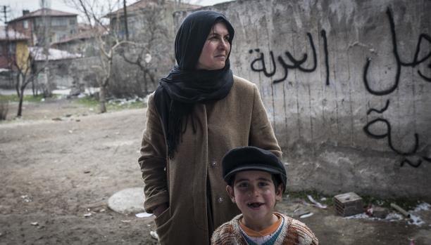 لاجئة سورية في تركيا مع ابنها