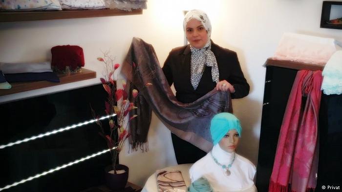 اللاجئة السورية هناء القصيباتي في مشغلها