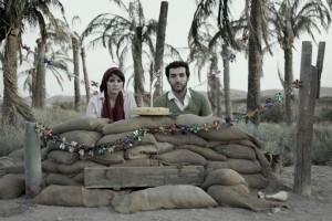"""الفنانة الإيرانية جوهار داشتي: تبحث في مجموعتها """"يوميات الحياة والحرب""""  في آثار الحرب على الذاكرة الجمعية للشباب الإيراني الذي عاش ويلاتها من خلال زوجين في حياتهم اليومية."""