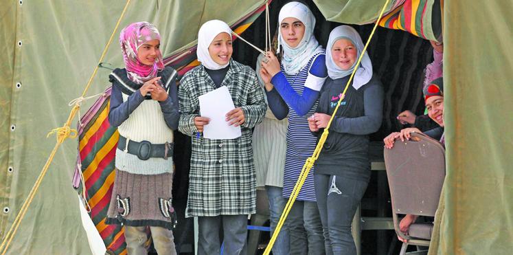 لاجئات سوريات قاصرات في مخيم للاجئين بالأردن