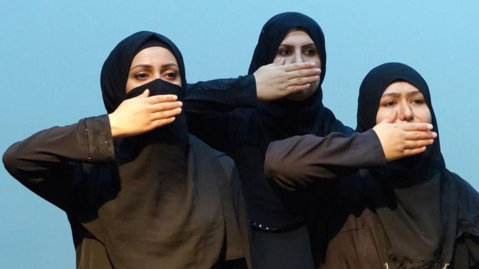 """مسرحية """"ملكات سوريا"""" قدمتها لاجئات سوريات /أرشيف"""