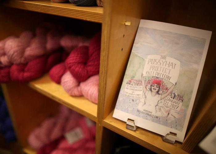 الخيوط وأدوات صناعة القبعات الوردية على الأرفف استعدادا للمسيرة