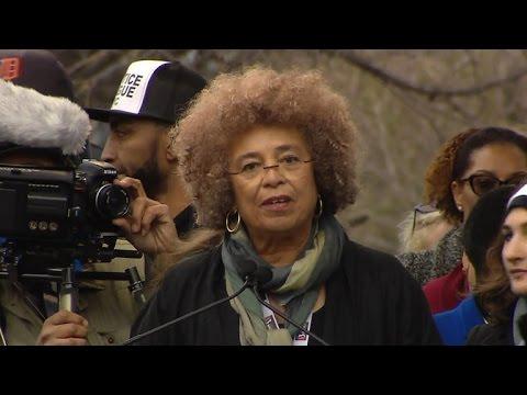 آنجيلا ديفس تتحدث في مسيرة النساء في واشنطن يوم 21 كانون الثاني،2017