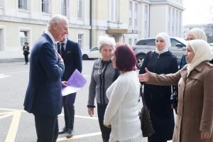 مبعوث الأمم المتحدة الخاص إلى سوريا ستيفان دي ميستورا يرحب بمجموعة من النساء السوريات في جنيف. 23 فبراير 2017/الأمم المتحدة