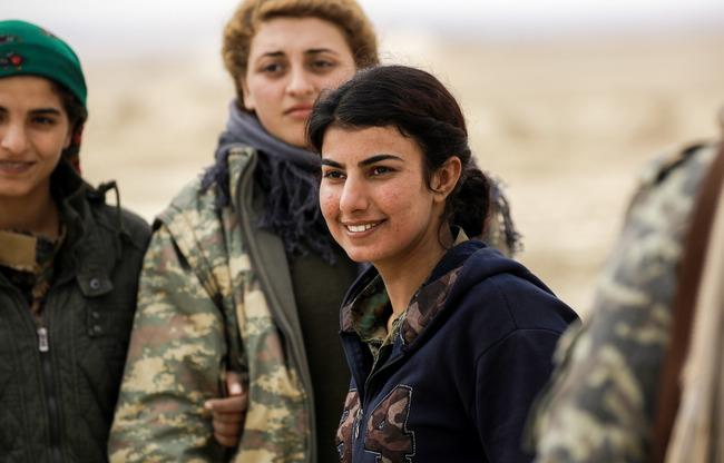 دوزا جيان، 21 عاما، مقاتلة عربية من قوات سوريا الديموقراطية تقف مع زميلاتها في بلدة الطرشان في أطراف الرقة في 6 شباط/فبراير. [دليل سليمان/أ ف ب]