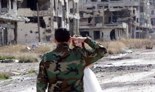 الزوج يوجه التحية العسكرية لزوجته