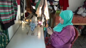 أم محمد لاجئة سورية تقوم بتدريب لاجئات على الخياطة