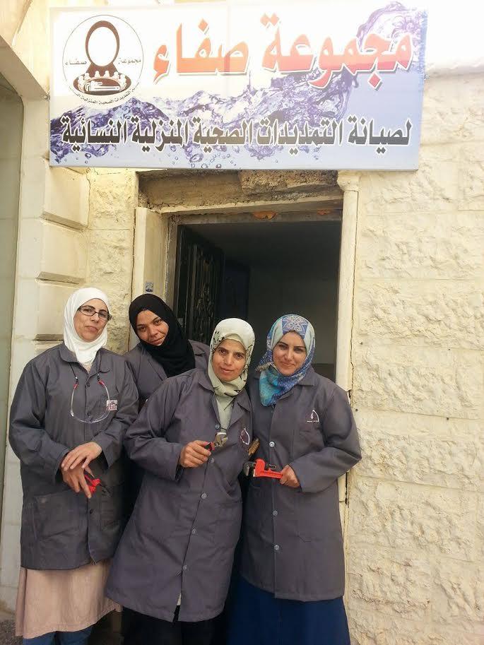 نساء أردنيات وسوريات يتحدين المجتمع ويعملن بالسباكة