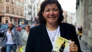الصحافية والناشطة الحقوقية والنسوية الأردنية رنا حسيني