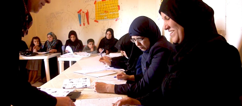 صفوفٌ تعليمية للنساء السوريات في لبنان