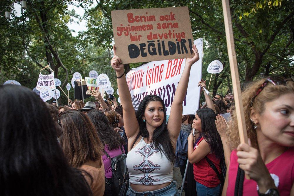 تركيات يتظاهرن احتجاجاً على تعديات على نساء في تركيا، وللمطالبة بحق ارتداء الملابس التي يردنها