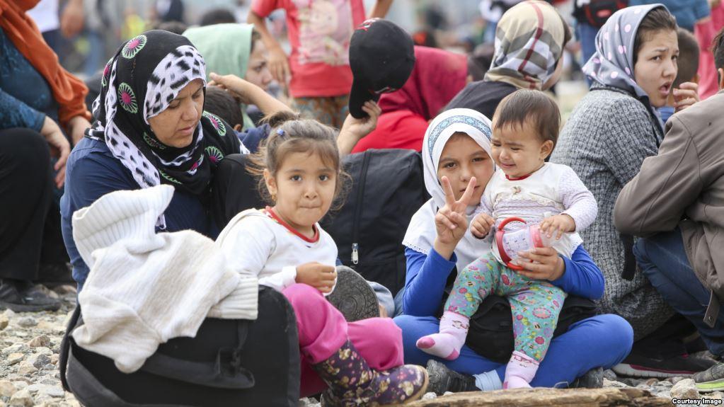 لاجئات سوريات على شاطيء يوناني بعد عبورهم البحر المتوسط/ Courtesy Image