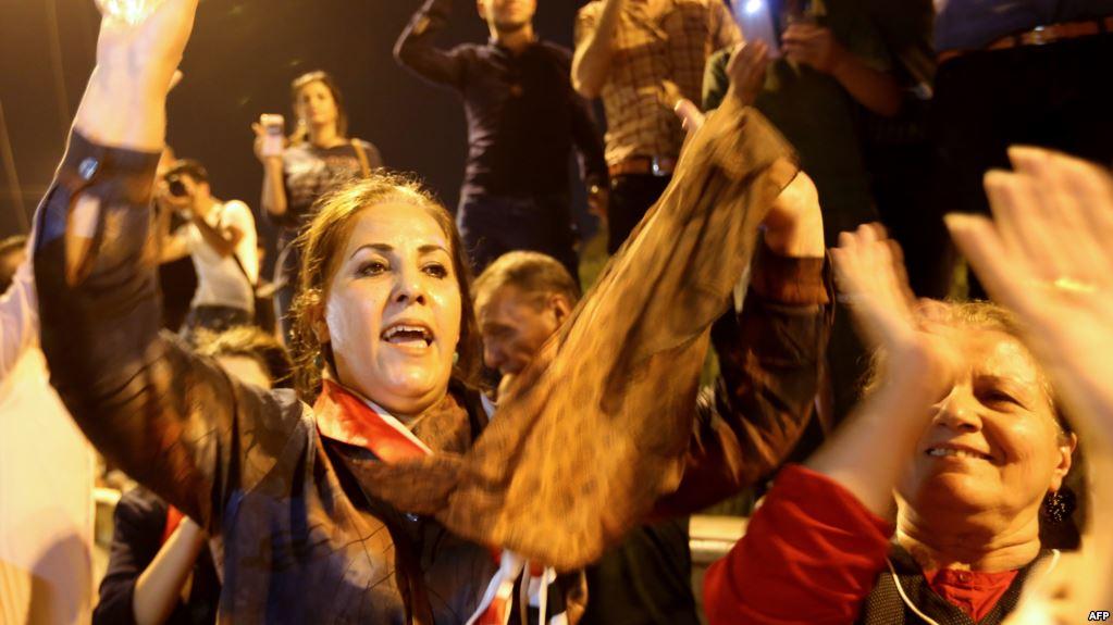 عراقيات يحتفلن بعد إعلان تحرير الموصل من قبضة داعش/ أ ف ب