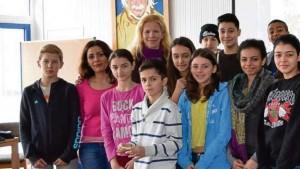 لانا إدريس مع طلاب لاجئين سوريين في أحد مشاريع منظمة فلاكس/ ألمانيا
