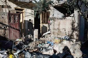 امراة سورية وسط أنقاض منزلها/ انترنت