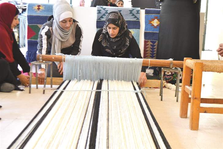 """لاجئات سوريات يعملن في مشغلٍ لـ """"إيكيا"""" في الأردن"""