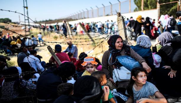نساء وأطفال سوريون عند الحدود السورية التركية (28/8/2017/فرانس برس)
