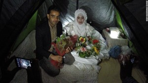 حفل زفاف لاجئ ولاجئة سوريين في مخيم في اليونان/ بي بي سي