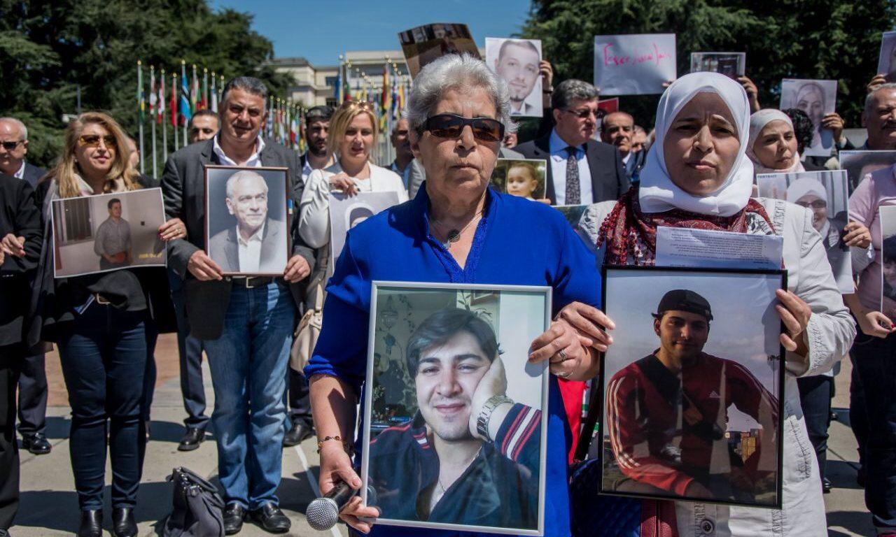من مظاهرة لعائلات من أجل الحرية، بمناسبة انعقاد جلسة تفاوض في جنيف بتاريخ 20/3/2017. المصدر: عائلات من أجل الحرية
