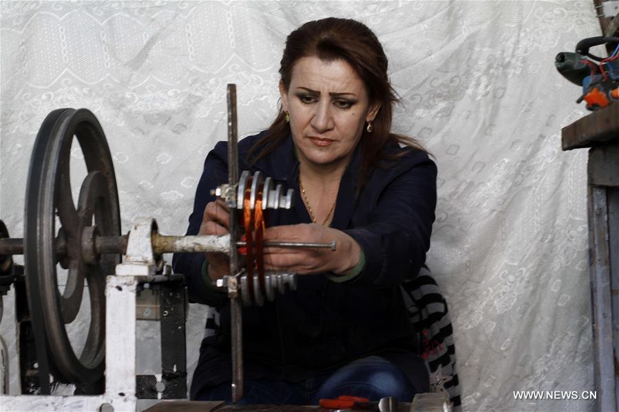أجبرت الظروف الصعبة في سوريا بعض النساء على الانخراط في سوق العمل