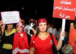 """مجموعة من نساء تونس يخرجن في مظاهرة يوم 13 أغسطس 2012 رافعات لشعار """"لا مستقبل لتونس من دون المساواة بين المرأة والرجل"""""""