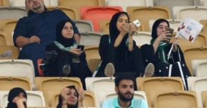 أ ف ب | سعوديات يشجعن فريق الأهلي في ملعب مدينة الملك عبد الله الرياضية في جدة، 12 كانون الثاني/يناير 2018