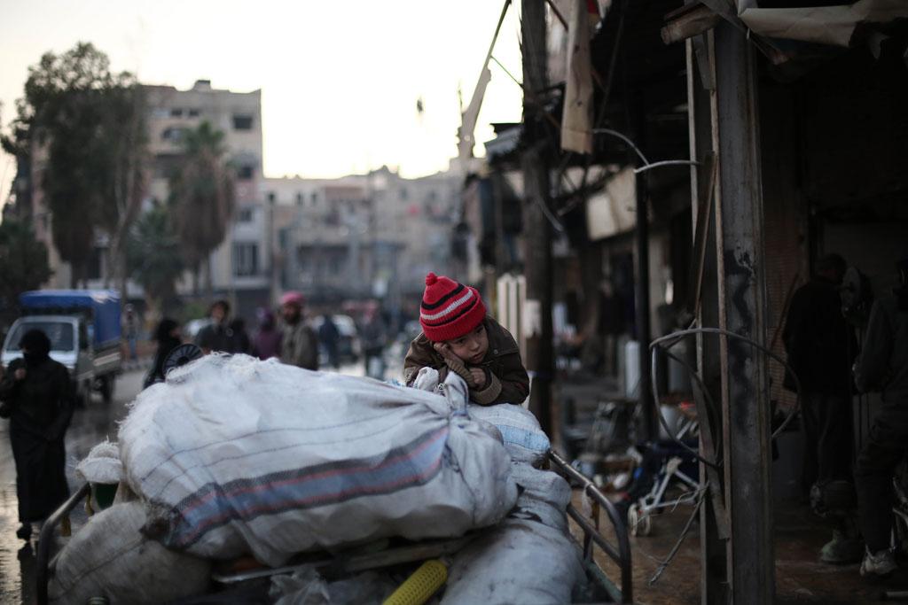 عائلة تفر من الصراع في شرق الغوطة بسوريا/ اليونيسف
