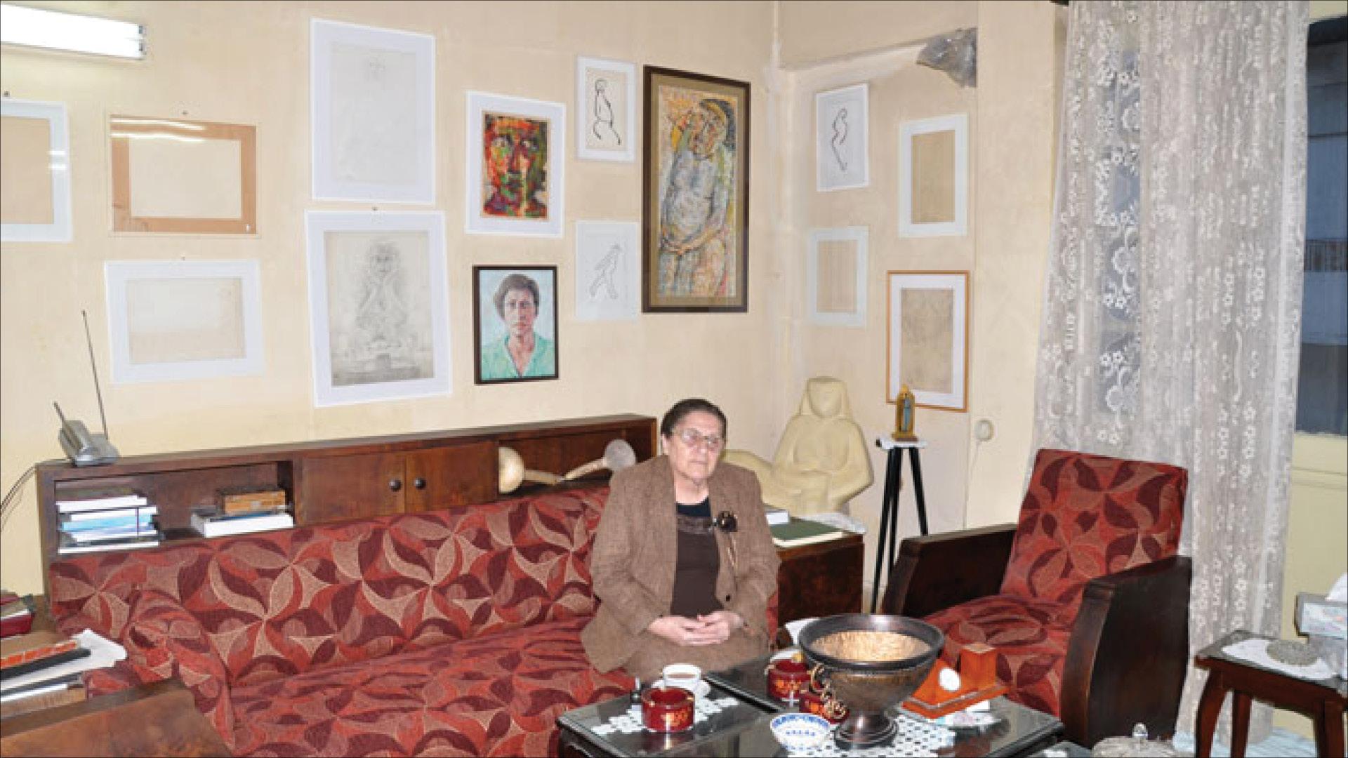 التشكيلية السورية ليلى نصير في منزلها ومع أعمالها